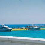 エーゲ海とクルーザー