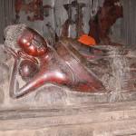 横たわる仏像