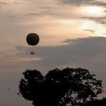 夕日に映える気球